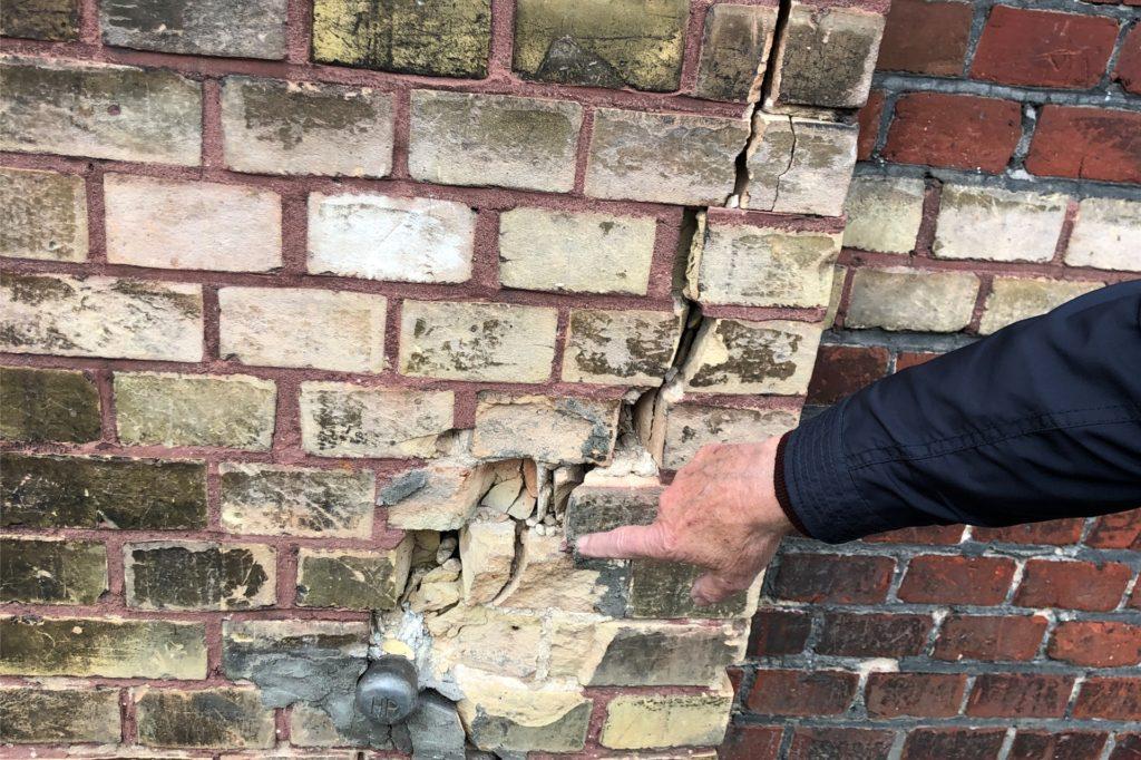 Risse im Mauerwerk des Bahnhofs sollen mit Fördermitteln behoben werden.