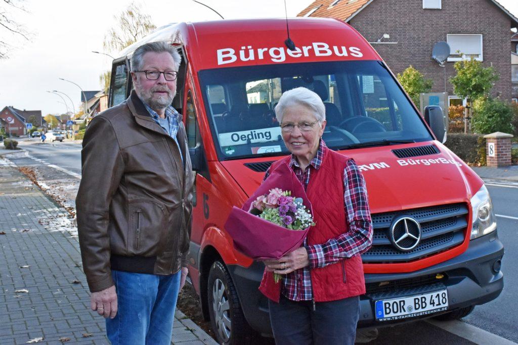 Heinrich Sibbing, zweiter Vorsitzender des Bürgerbusvereins Südlohn-Oeding, überreichte Gertrud Tecker vor Antritt ihrer letzten Bürgerbus-Runde einen Blumenstrauß. Die Oedingerin wird 80 Jahre alt und gibt ihr Ehrenamt deswegen auf.