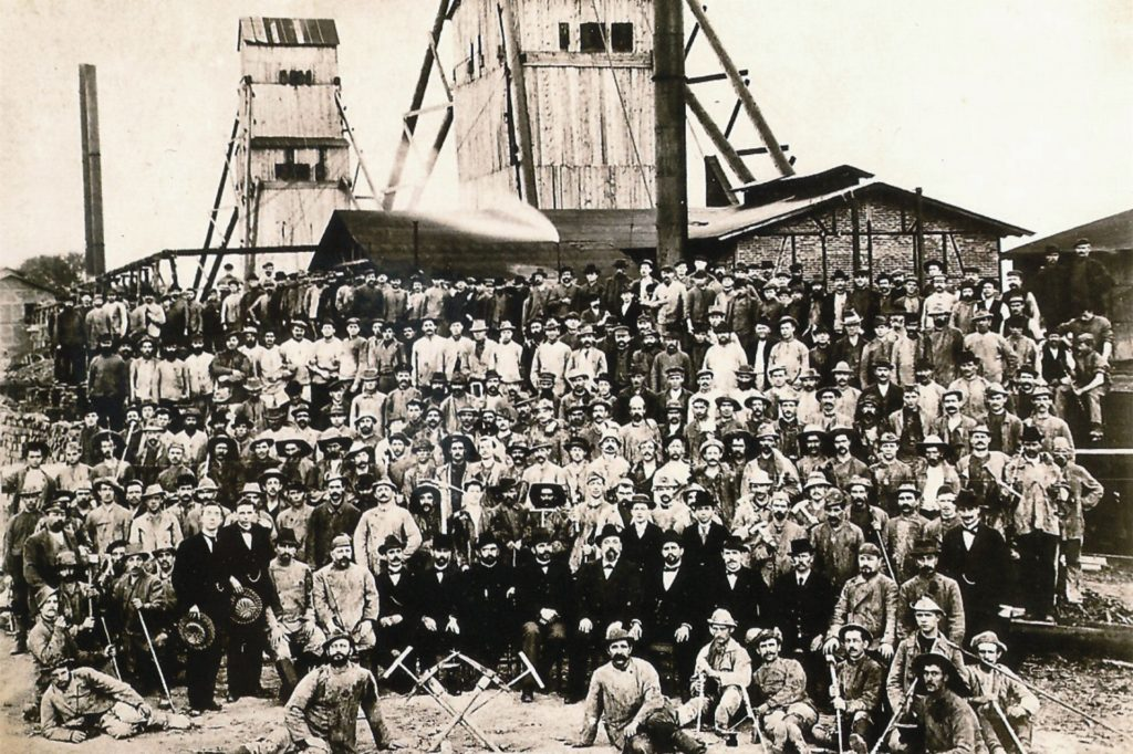 Die Zechenbelegschaft in der Abteufperiode um 1900. Es ist das ältestes Foto - mit Schacht I und II im Hintergrund.