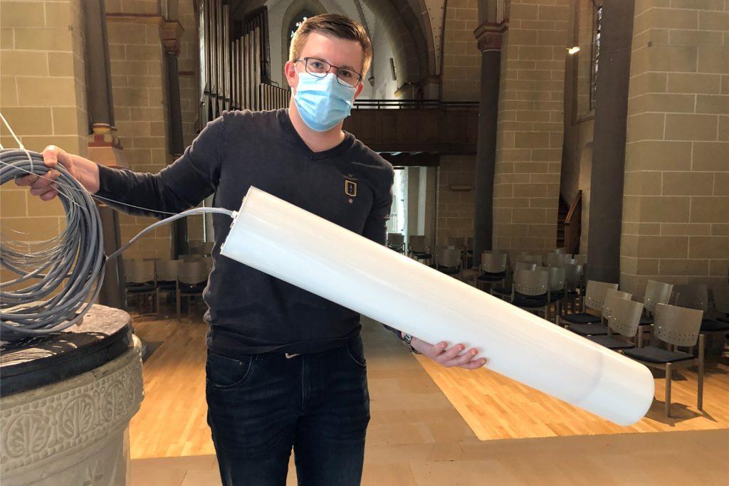 Vier der neuen Lampen sind eigens für den Kirchenraum konzipierte Designerleuchten. Licht-Fachmann Maximilian Piltz zeigt eine von ihnen