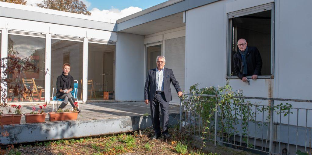Hoffen darauf, den Stahl-Bungalow in den kommenden Jahren ans Hoesch-Museum holen zu können: Isolde Parussel (Leiterin des Hoesch-Museums), Wolfgang E. Weick und Dr. Karl Lauschke (Vorstand der Freunde des Hoesch-Museums).