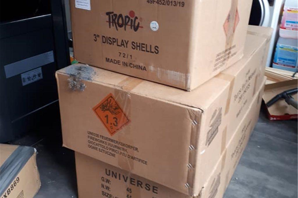 In einfach Pappkartons hat der Bewohner der Wohnung die illegalen Feuerwerkskörper aufbewahrt.