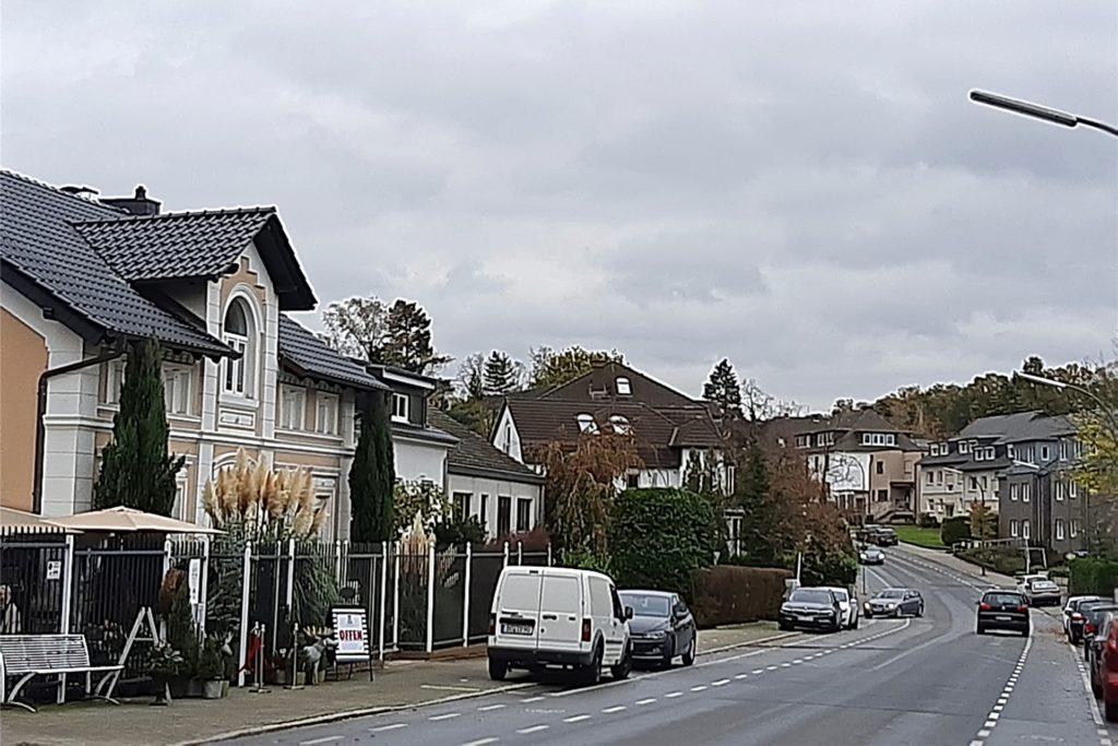 Hier an der Olpketalstraße in der Senke hat Claudia Ost ihr Geschäft (l.)