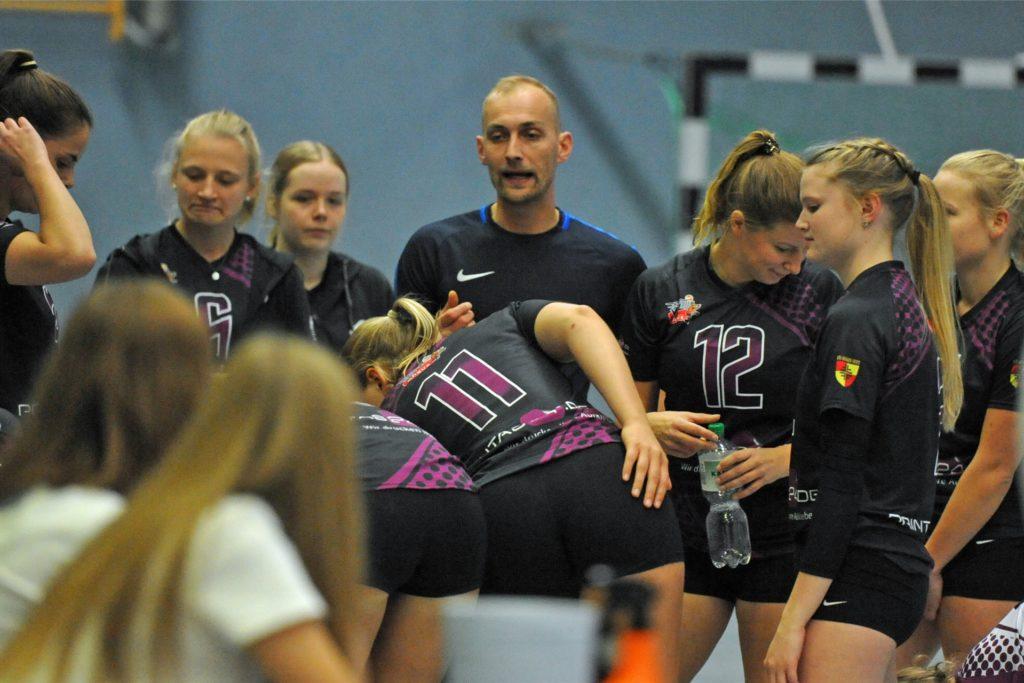Wie die meisten anderen Trainer muss auch Sebastian Förster von den Volleyballerinnen des VfL Ahaus im Lockdown wieder auf Heimtraining setzen.