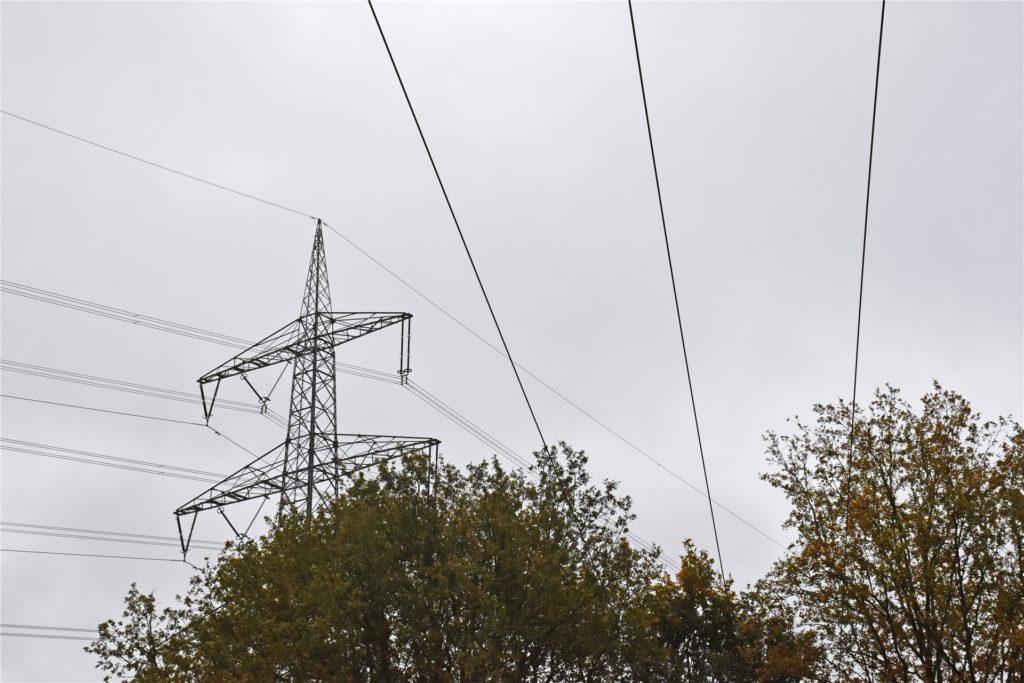 Rechts im Bild die letzte 10KV-Freileitung in Estern – die Gittermasten links im Bild gehören zur Starkstromleitung von Amprion und bleiben stehen.