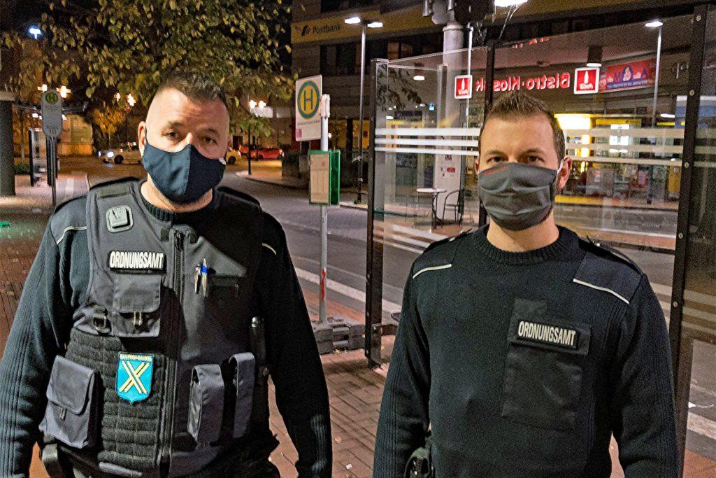 Christian Stallmann (l.) und Jonas Klumpen kontrollieren am Halloween-Abend (31.10.) in der ganzen Stadt mögliche Verstöße gegen die Corona-Richtlinien.