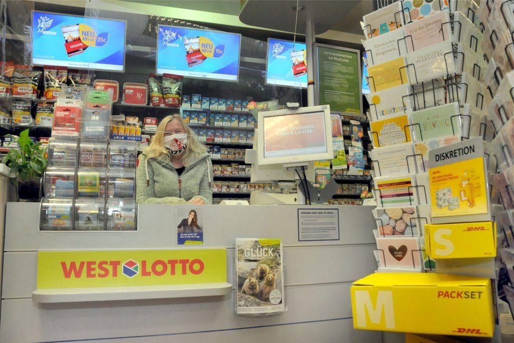 In ihrem Lotto-, Tabakwaren- und Presseshop im Rewe am Bahnhof bietet Susanne Krebin ab 5. November künftig auch alle Post- und Paketdienstleistungen der Deutschen Post an.