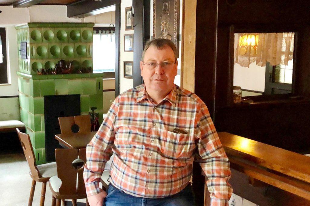 Dirk Lagemann im Tresenbereich der Dorfschänke Sölde in Dortmund