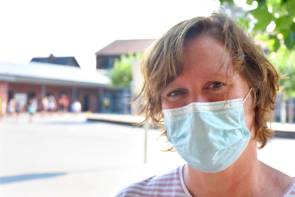 Barbara Altena (46), ist kommissarische Leiterin der von-Galen-Grundschule (hier am Tag der Einschulung im Sommer 2020). Sie vertraut auf das Hygienekonzept, das vor allem auf das Tragen des Mundschutzes abzielt. Lehrkräfte und Schüler tragen Mund-Nase-Bedeckungen.