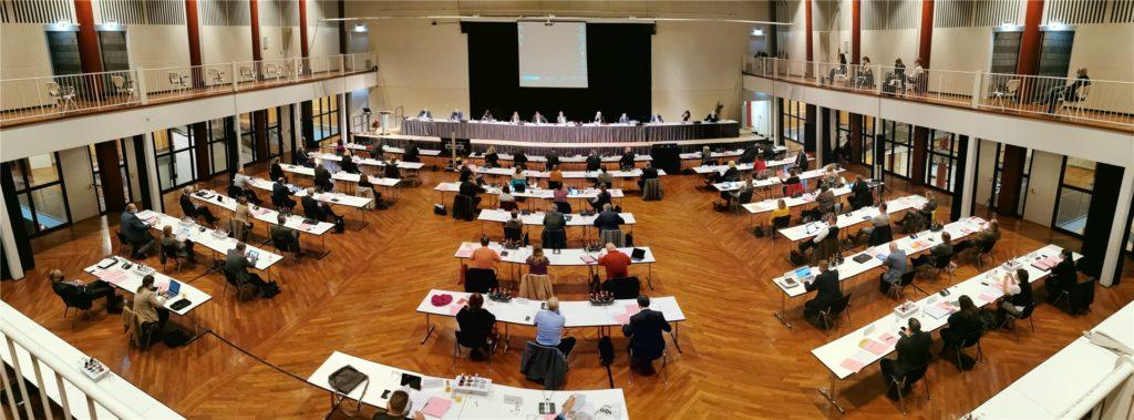 Alles auf Abstand: Der Kreistag, der sonst in der Aula des Hellweg-Berufskollegs tagt, konstituierte sich in der Stadthalle Unna.