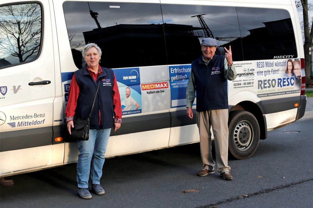 Evelyn Bergau ist für die Werbung am Bürgerbus zuständig, Hans Kirschbaum kümmert sich um die Öffentlichkeitsarbeit.