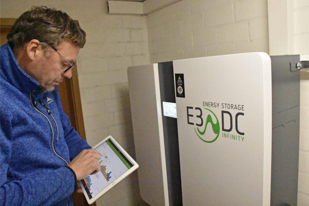 Matthias Gerwing hat die Zahlen über sein Tablet immer im Blick. In seinem Keller steht seit diesem Sommer eine Batterie, die einen Teil der produzierten Energie speichern kann.