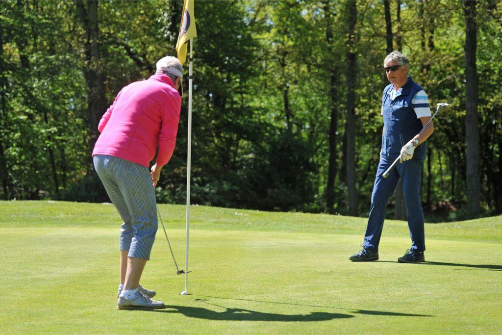 Auf dem Golfplatz in Alstätte darf – wie auf diesem Bild aus dem Mai – unter strengen Auflagen weiterhin Sport getrieben werden.