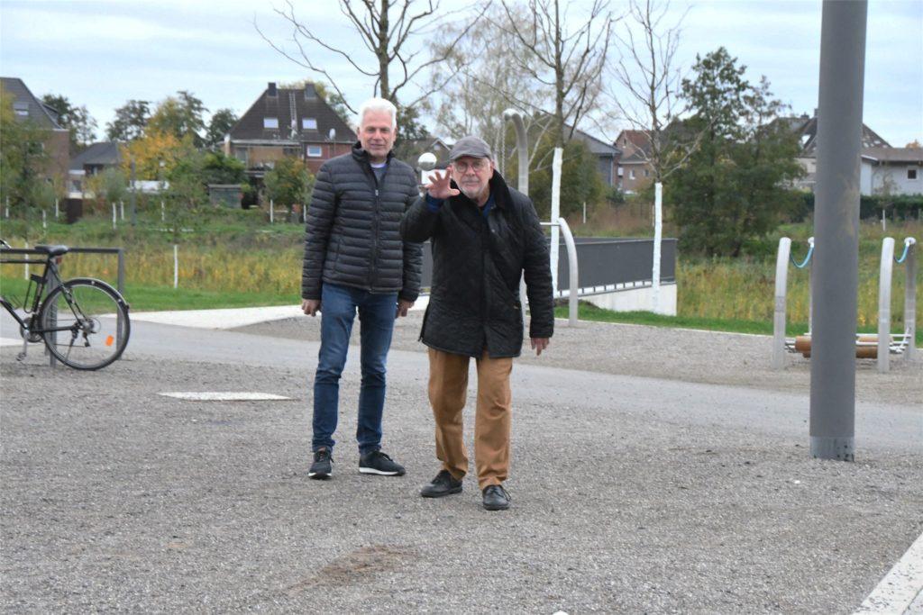 Die Boulespieler - hier Manfred Breyer (r.) und Anton Kohl - sind offensichtlich einsatzbereit und warten nur darauf, auf der fertigen Boulebahn zu spielen.