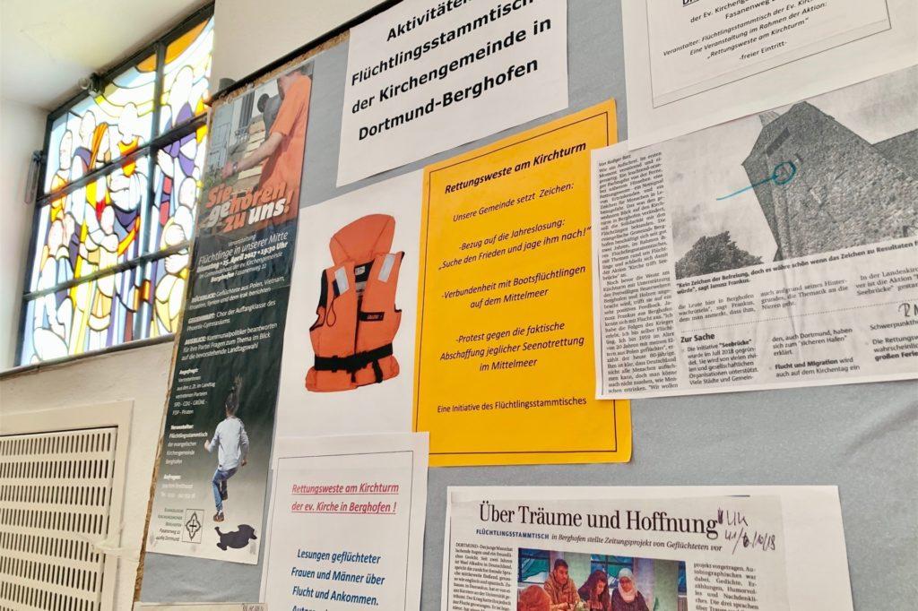 Eine Stellwand zeigt die Aktionen in der Gemeinde.