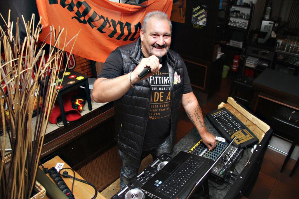 DJ Diego an seinem Pult im Aplerbecker Ratskeller: Da war die Welt noch in Ordnung.