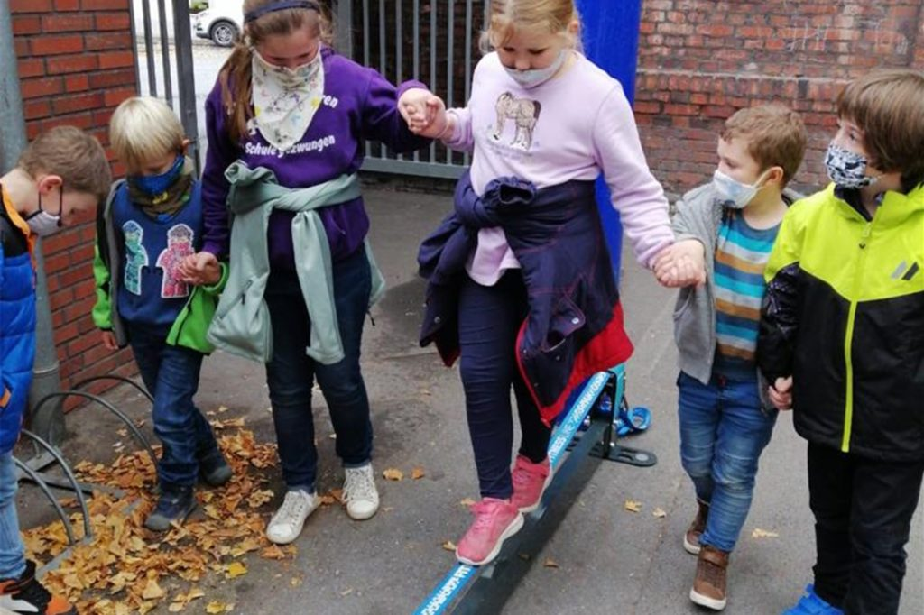Viel Spaß haben die Kinder mit den Slacklines.