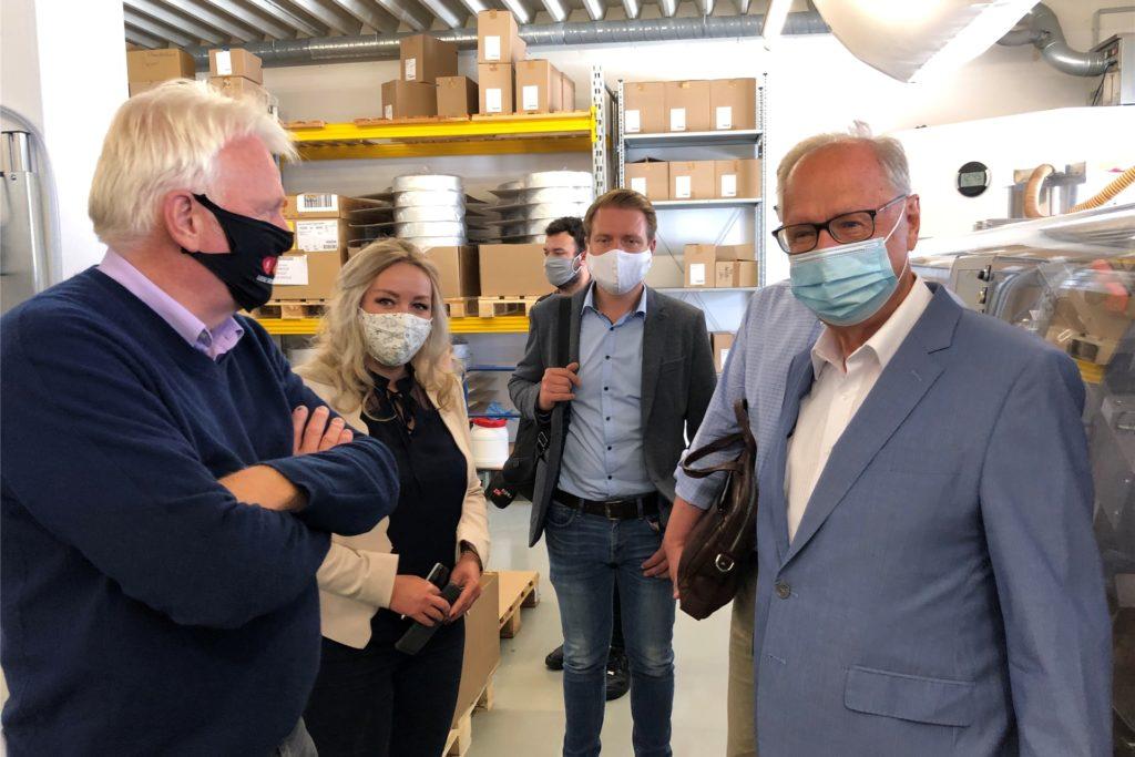 Bei seinem Besuch im Sommer stellte Firmenchef Cay-Peter Voss (r.) dem damaligen Oberbürgermeister Ullrich Sierau (l.) die Tintometer GmbH vor. Das Aplerbecker Unternehmen stellt Produkte zur Wasseranalytik und zur Farbmessung auch in Florida her.