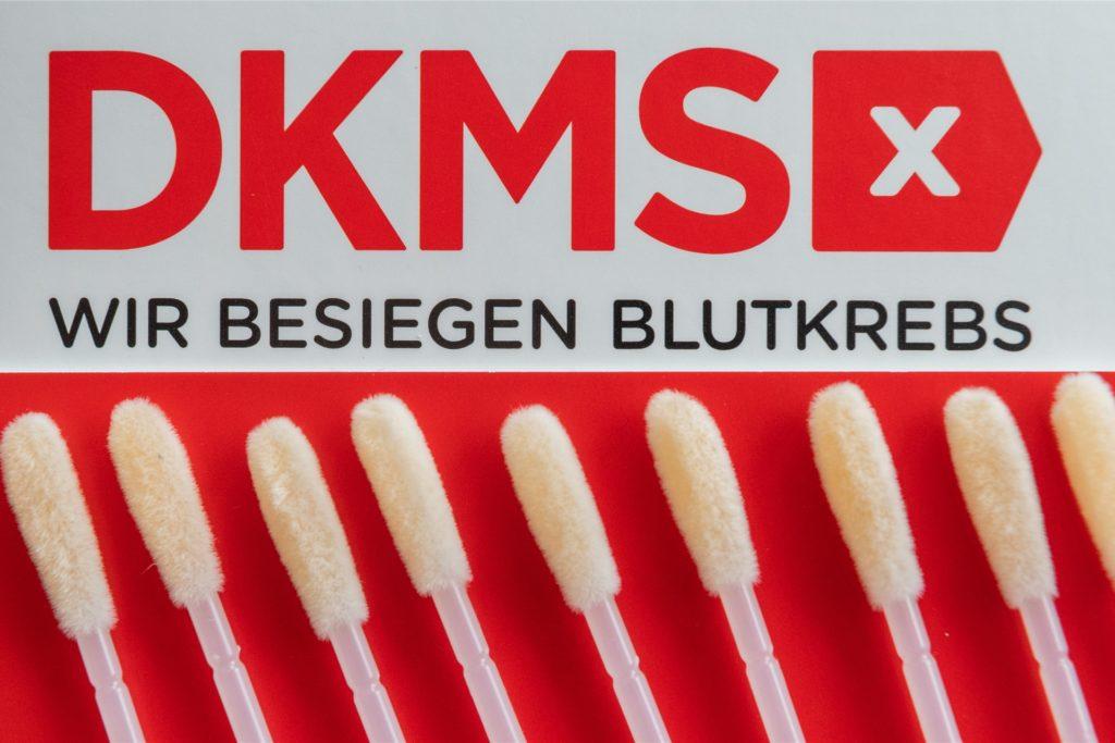 Registrierung: Mit den Wattestäbchen wird ein Abstrich von der Wangenschleimhaut genommen und an die DKMS versendet.