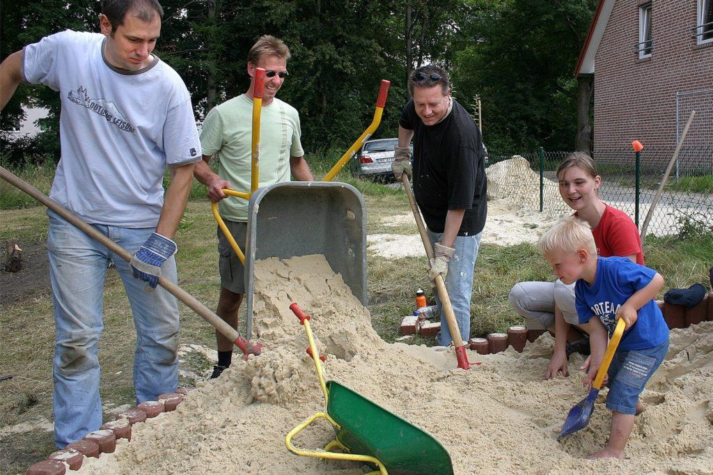 2007 bei einer Gartenaktion der Rasselbande in Merklinde: Die Eltern waren gerade zu Beginn stark einbezogen in die Arbeiten, so, wie das bei einer Elterninitiative als Träger einer Kita eben so ist.