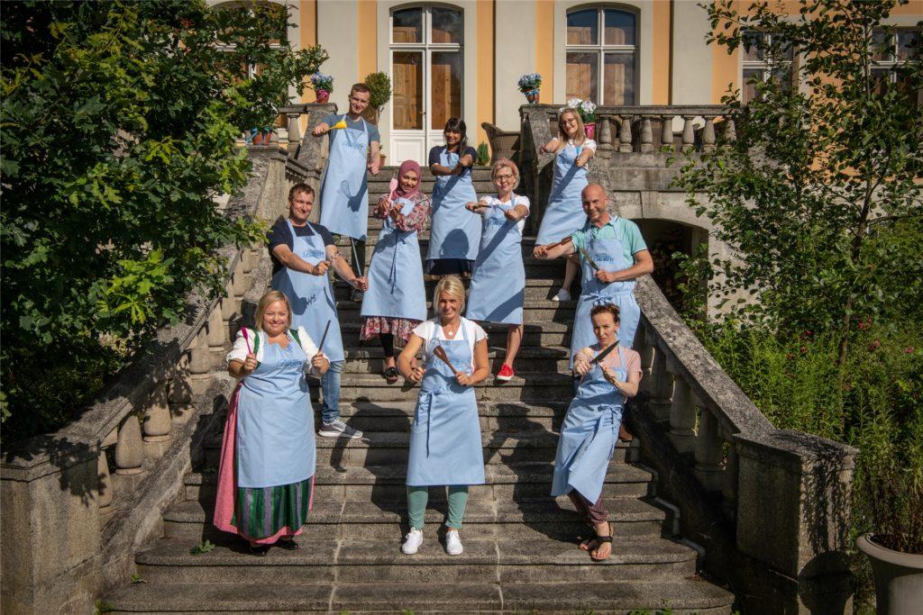 Ein Gruppenbild vom Anfang. Sara steht links in der dritten Reihe von unten. Mittlerweile sind es nur noch neun Kandidaten, die bester Hobbybäcker Deutschlands werden wollen.