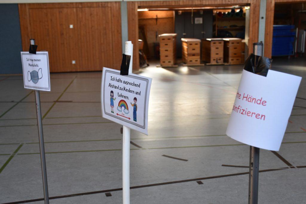 Die Schilder in der Turnhalle verdeutlichten den Eltern und Kindern noch einmal die geltenden Hygieneregeln.