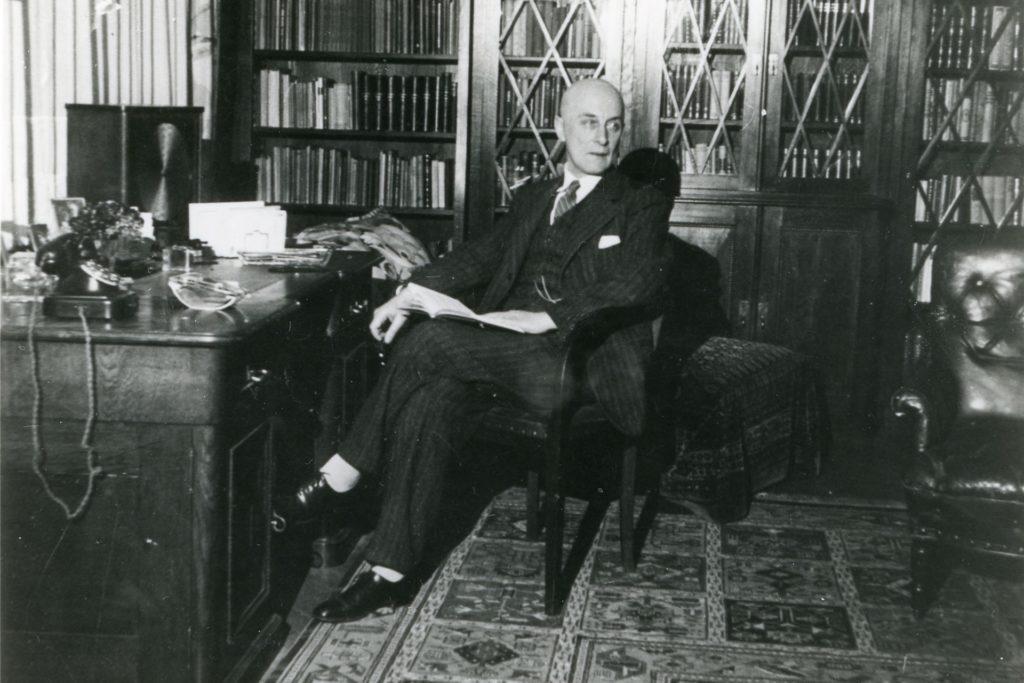 Oberstudiendirektor Theodor Voigt hatte als erster Schulleiter des Freiherr-vom-Stein-Gymnasiums seine Dienstwohnung in der Direktorenvilla. Das Foto zeigt ihn am Schreibtisch vor einer Bücherwand.