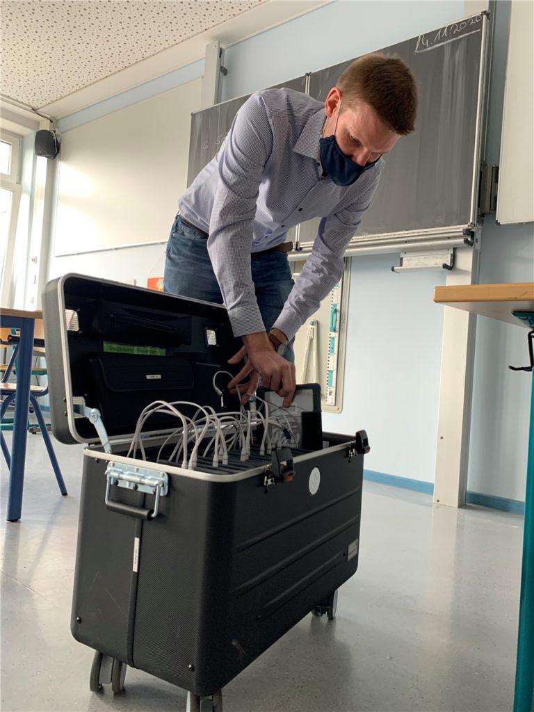 Lehrer Christian Gervens (31) verstaut ein iPad in einem der 10 Tablet-Koffer.