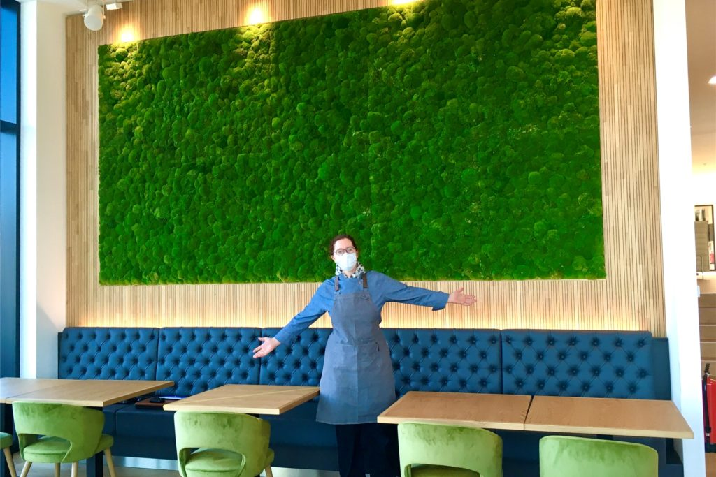 Eine grüne Wand aus echtem Moos verleiht dem Bistro extra Frische.