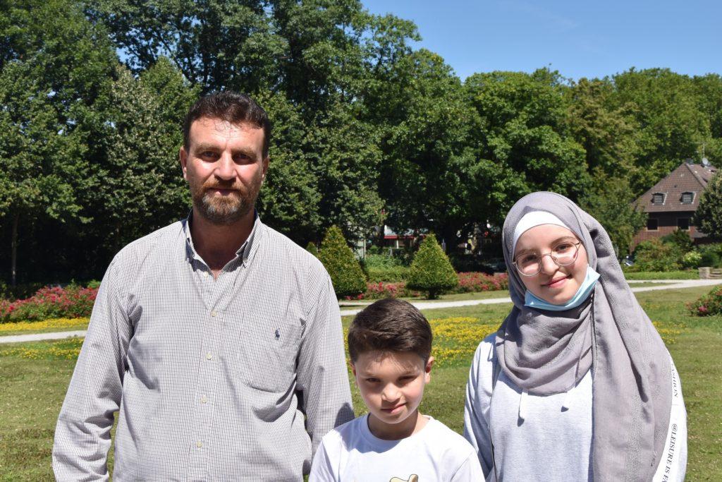 Thamer Alothman mit seinem Sohn Youssef und seiner Tochter Rahaf im Stadtgarten in Castrop.