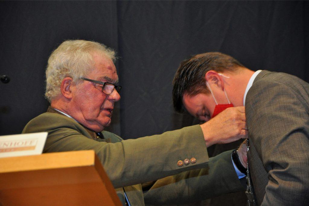 Der Altersvorsitzende Josef Berkel führte Rajko Kravanja als Bürgermeister offiziell zu seiner zweiten Amtszeit ins Amt ein.