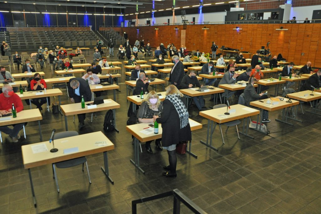 Der neue Rat musste wegen der Corona-Pandemie in die Europahalle ausweichen, um die konstituierende Sitzung nach der Kommunalwahl zu absolvieren.
