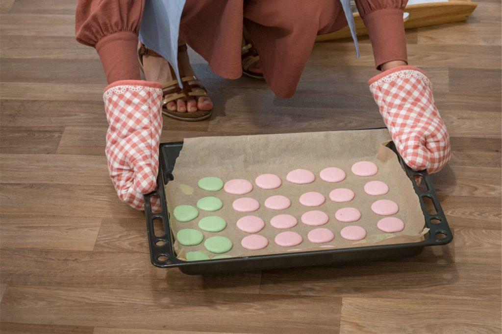 Verschieden farbige Macarons hat Sara gebacken und sie mit Pistazien- und Heidelbeercreme gefüllt.