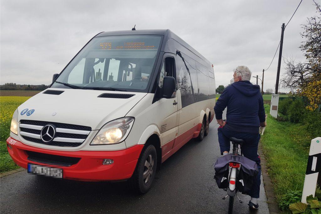 Die Straßenbreite lässt keinen Gegenverkehr zu, wenn der Linienbus durch die Peddenrink-Straße braust - selbst für Fahrradfahrer ist der Platz knapp.