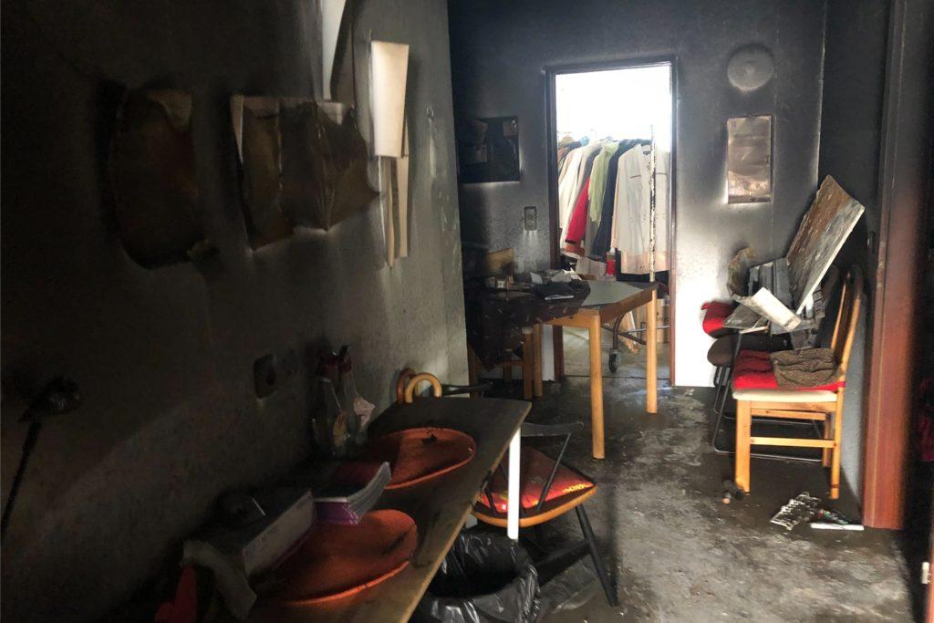 Nach dem verheerenden Brand in der SkF-Kleiderkammer an der Crawleystrraße bietet sich ein Bild der Verwüstung in dem Containerbau und vor der Tür.