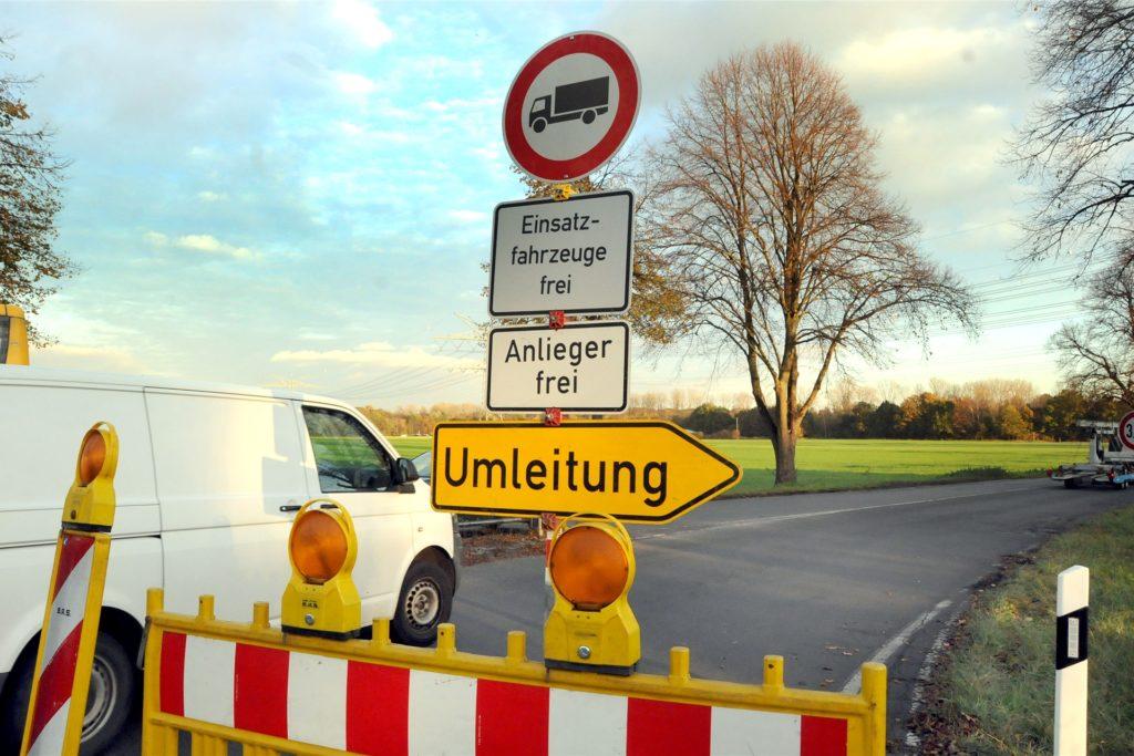 Schon für Lkw gesperrt ist die Straße Zum Wellenbad an der Einmündung von der Unnaer Straße.