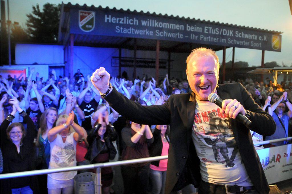 So lieben die Fans Frank Neuenfels: Als energiegelandenen Organisator und Moderator des Schlagerfestivals auf dem ETuS-Sportplatz in Schwerte.