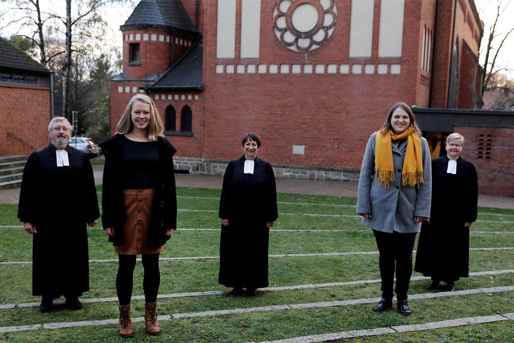 Diakonin Lena Schäfer wurde am Samstag offiziell in ihr Amt an der evangelischen Gemeinde Haltern eingeführt, v.l.: Pfarrer Karl Henschel, Diakonin Karolin Wengerek, Superintendentin Saskia Karpenstein, Diakonin Lena Schäfer, Pfarrerin Merle Vokkert.