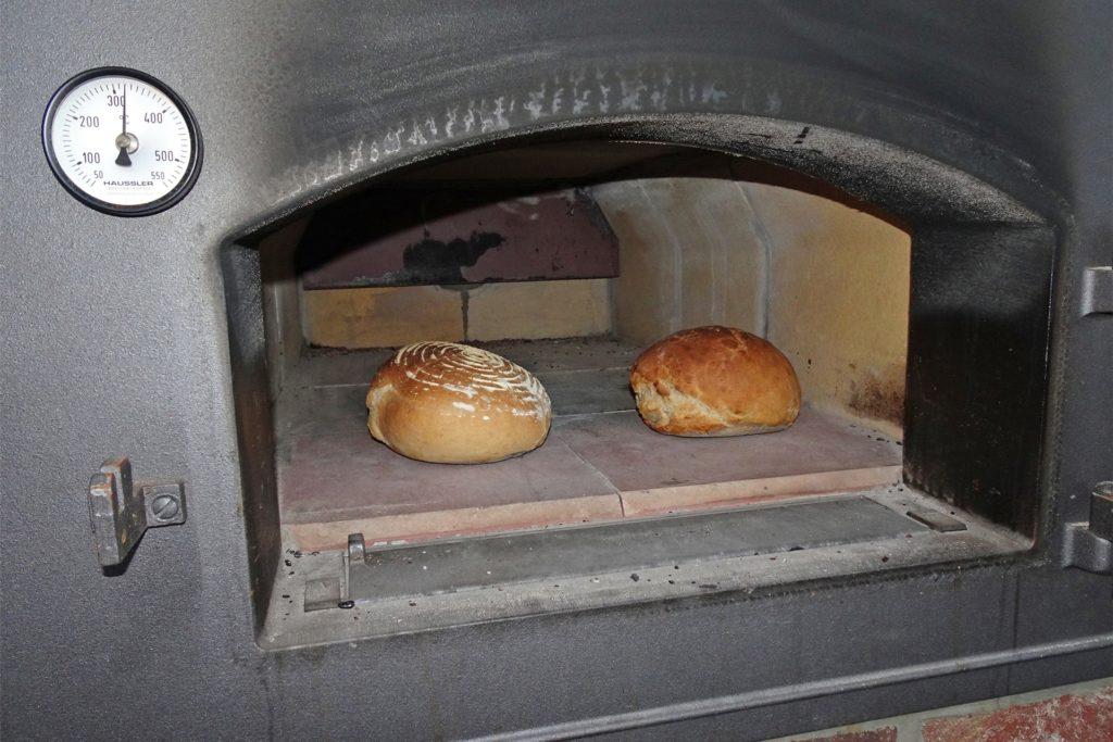 Die ersten Brote wurden im neuen Ofen gebacken.