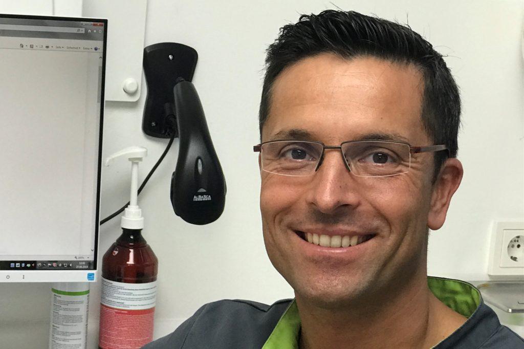 Vor der Corona-Krise setzte Marek Lang der Mundschutz nur während der Behandlung auf. Jetzt setzt er ihn nur noch in seinen Pausen überhaupt wieder ab.