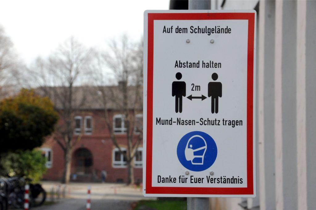 Am Weg zum Schulhof-Eingang der Albert-Schweitzer-Schule mahnt eine Tafel an die Einhaltung der Corona-Regeln.