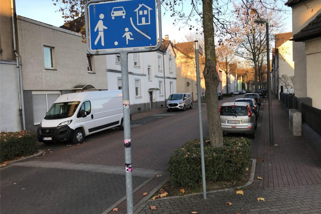 Die Grimbergstraße auf Schwerin ist als verkehrsberuhigter Bereich ausgewiesen. Was das bedeutet, scheint nicht jeder Verkehrsteilnehmer zu wissen oder wissen zu wollen.