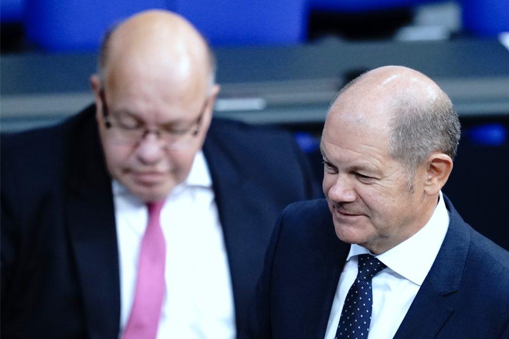Peter Altmaier (CDU), Bundesminister für Wirtschaft und Energie, und Olaf Scholz (r, SPD), Bundesminister der Finanzen, haben ein  weiteres Rettungspaket  für Unternehmen geknüpft.