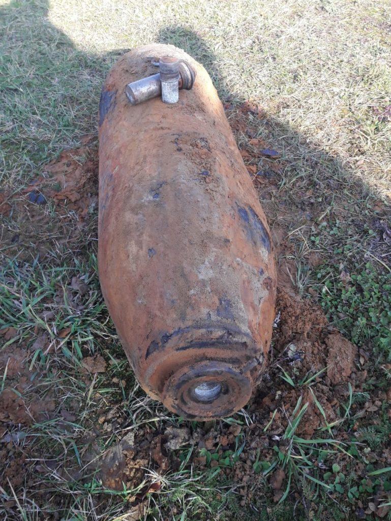Eine solche Bombe hat 250 Kilo Gewicht. Sie wurde im Zweiten Weltkrieg über kriegswichtigen Einrichtungen von alliierten Bombern abgeworfen. Darunter waren Industrieanlagen und Bahnstrecken. Die, die nicht detonierten, liegen bis heute im Boden.
