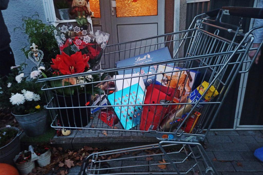 Dieser Einkaufswagen mit Schokolade und Blumen lässt Raum für viele Spekulationen.