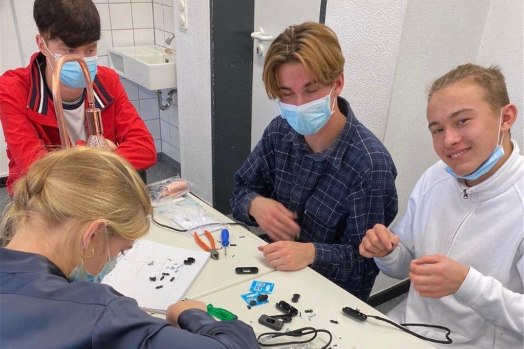 Die Schüler produzieren Lampen im Vintage-Look - passend zur Vorweihnachtszeit. Ein Exemplar kostet 50 Euro. Jede Lampe ist ein Unikat.