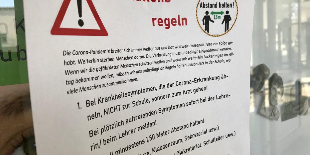 Überall an der Fridtjof-Nansen-Schule wird auf die derzeitigen Verhaltens-Regeln hingewiesen.