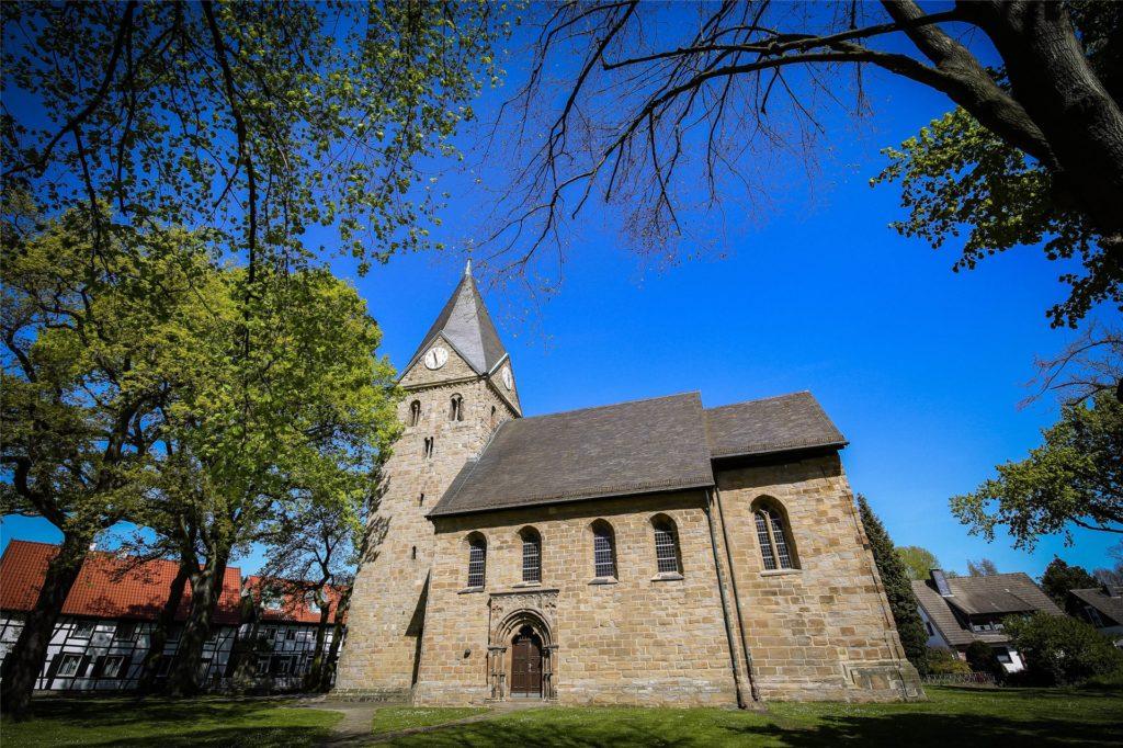 """Die Johann-Baptist-Kirche und der umliegende Widumer Platz gehört sicherlich zu den schönsten Stellen in Brechten. Der Verein """"Brechtener mit Herz"""" will weitere schöne Stellen kreieren"""
