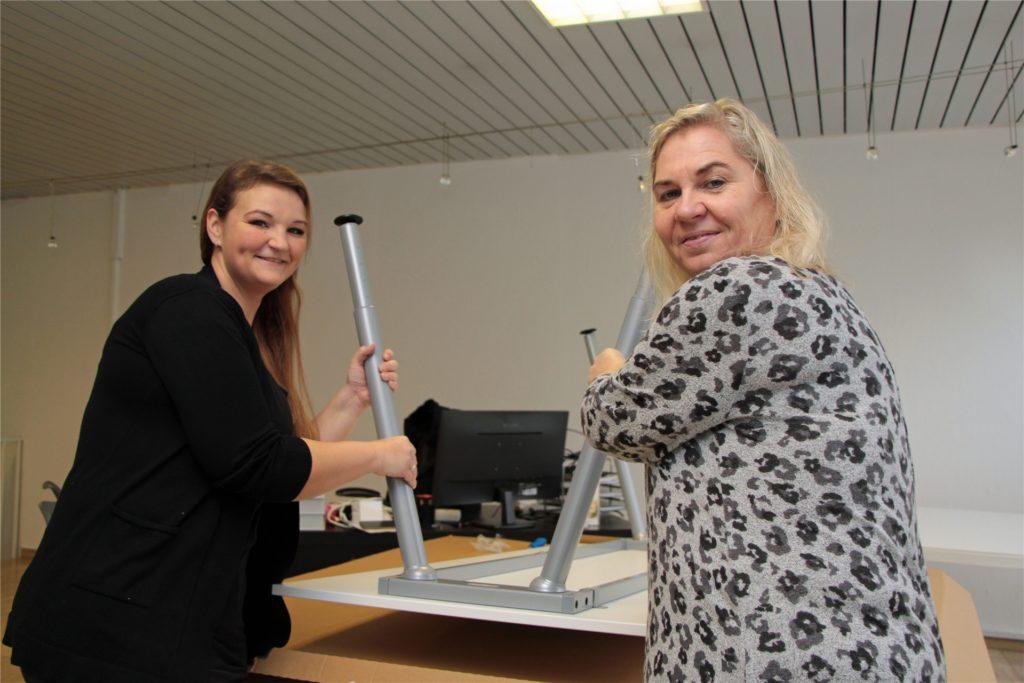 Sandra Rutkowski (l.) und Sandra Wittler (r.) bereiten die Eröffnung ihres Büros Alltagshelden am Roggenmarkt vor.