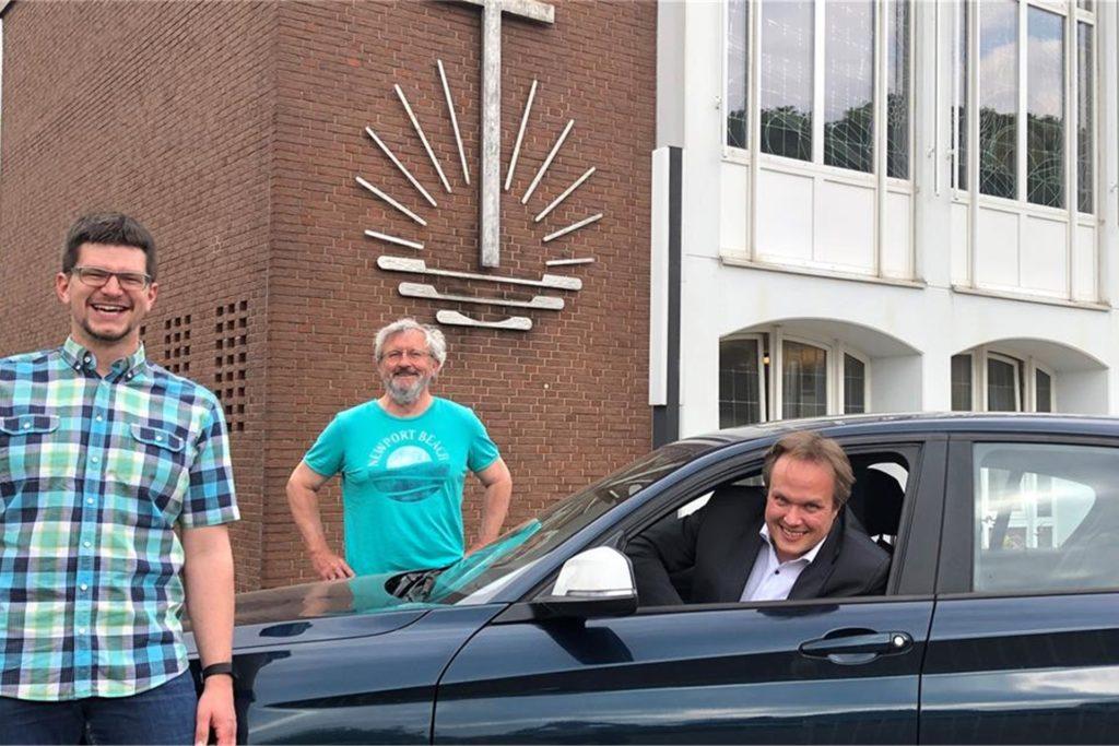 Gemeindevorsteher und Priester Sören Linke und die Pfarrer Karl Henschel und Michael Ostholthoff haben im Mai 2020 zum Gottesdienst im Autokino eingeladen.